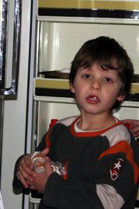 ילד ליד מזווה