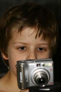 ילד מביט במצלמה