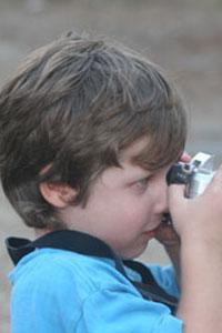 ילד מצלם