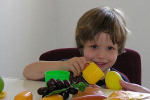 ילד משחק באכילה