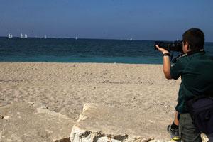ילד מצלם בים